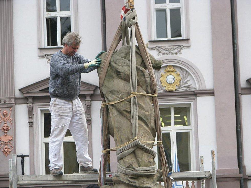 Odvoz sochy Panny Marie z Brodu.