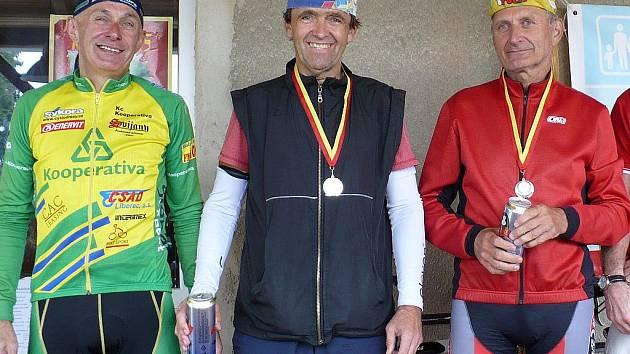 Jablonecký cyklista František Charvát (uprostřed) spolu s oddílovým kolegou z KC Kooperativa Liberec Jirkou  Kasalem (vlevo) obsadili na mistrovství ČR v časovce dvojic první místo.
