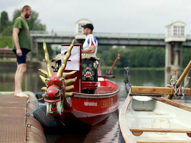 Závody dračích lodí. Ilustrační snímek.