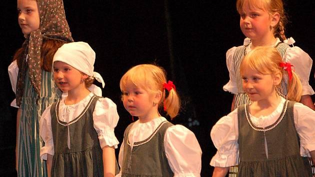 Děti z Domu dětí a mládeže v Jablonci nad Nisou v neděli v Městském divadle tančili, hráli a zpívali maminkám k jejich svátku.