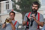 Mírové náměstí v Jablonci ve středu odpoledne ožilo tóny plzeňské dixielandové kapely The Dixie Hot Licks s repertoárem nejlepších žánrových písní.