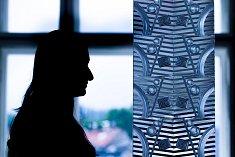 """Tvorbu výtvarníka Zdeňka Lhotského, který vyvinul techniku tavení skla """"vitrucell"""", vystavuje Muzeum skla a bižuterie v Jablonci nad Nisou. Výstava potrvá do 30. září."""