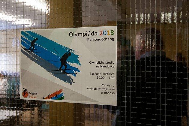 Studenti Gymnázia Dr. Antona Randy vJablonci nad Nisou mohou každý den ovolných hodinách navštívit Olympijské studio na Randovce, kde probíhá promítání zimní olympiády zPchjongčchangu.