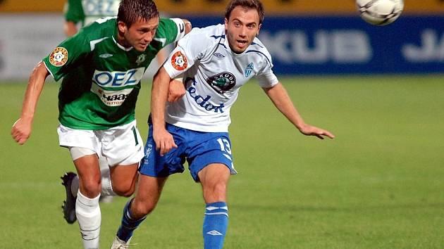 Miroslav Baranek se snaží dostat k míči přes Tomáše Poláčka.