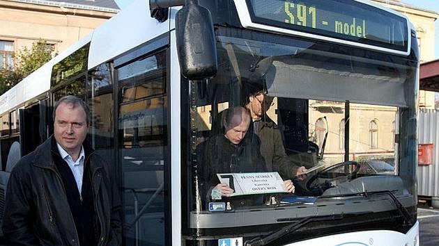 Autobus Tezas měla v pátek zapůjčen ČSAD Jablonec. Jeho přednosti otestovala a nyní se vedení bude rozhodovat o nákupu. Na snímku číslici sedm umísťuje generální ředitel ČSAD Luboš Wejnar.