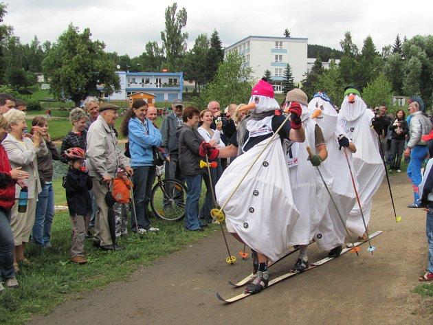 PRASOLOPPET 2011. Nejrychleji si počínal obhájce titulu z roku 2010 Honza Hásek s časem 17 minut.Některý trvala cesta o notný kus déle, ale o to více pobavili diváky.