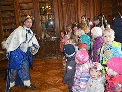 Vedoucí provozu státního zámku Sychrov Jaromír Náměstek se návštěvníkům představil jako král o víkendové pohádce Princezniny hádanky.