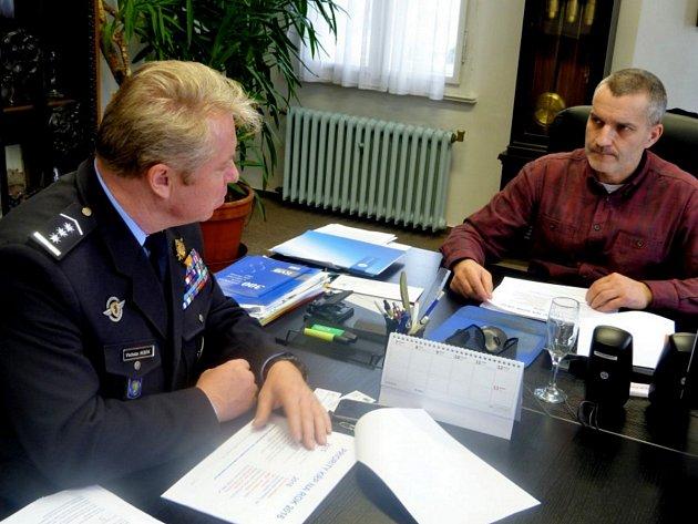 Policejní ředitel Vladislav Husák a starosta města Tanvald Vladimír Vyhnálek nad policejními daty rozebrali situaci.