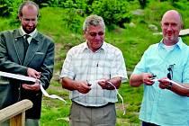 Ludvík Řičář, ředitel krajského inspektorátu Lesů ČR , náměstek Antonín Schäfer a hejtman Petr Skokan právě přestřihli pásku k otevření Jizerské magistrály. Poté se vydali k vrcholu Černé hory.