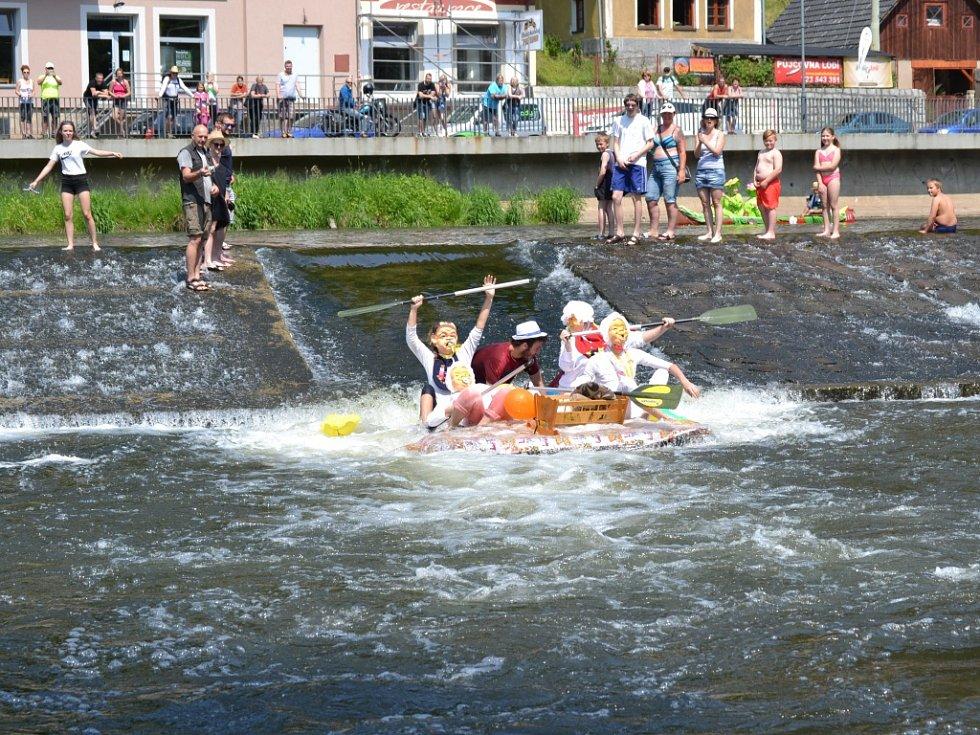 Tradiční neckyáda na Jizeře v areálu Žlutých lázní vyvrcholila sjezdem splavu.