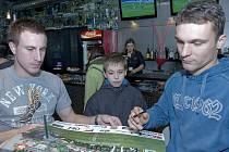 Na snímku Petr Zábojmík ( vlevo ) se svým spoluhráčem Davidem Lafatou ( vpravo ) se podepisují jednomu z mladých přítomných fanoušků, který se dostavil na autogramiádu svých oblíbených borců.