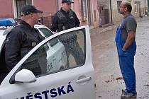 Petr Vaňura (vlevo) a Jan Hlavatý, strážníci MP Jablonec, rozmlouvají s Lubomírem Badim.