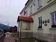 Volební místnost v Albrechticicích v Jizerských horách.