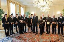 Zlatým záchranářským křížem pro děti a mládež ocenil tento týden prezident České republiky Miloš Zeman dva mladé hrdiny, Matěje Hulíka a Martina Bartoše (na snímku vlevo)