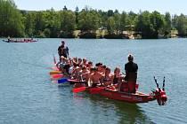 Předposlední školní den patřil na jablonecké přehradě závodu dračích lodí posádek ze základních škol Libereckého kraje.