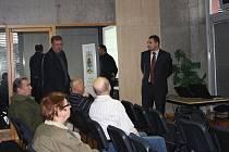 Jako divák se aukce zúčastnil i náměstek primátora Miloš Vele (stojící vlevo)
