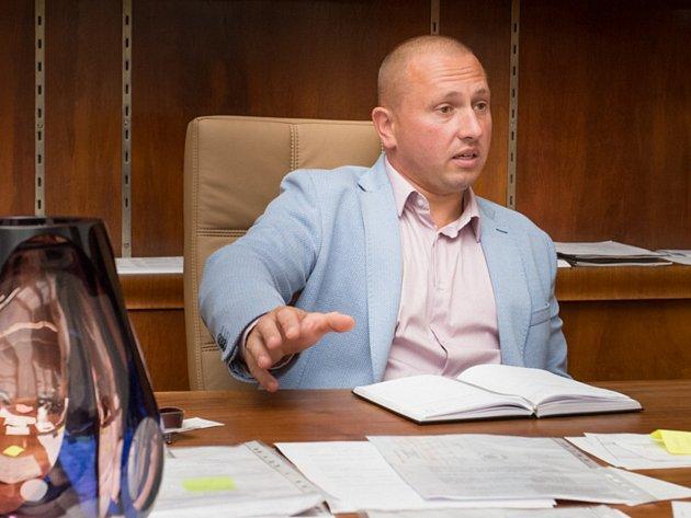 Ředitel Střední uměleckoprůmyslové školy sklářské v Železném Brodě výtvarník Libor Doležal