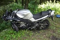 Při nedělní nehodě mezi Loužnicí a Železným Brodem se řidič motocyklu těžce zranil.
