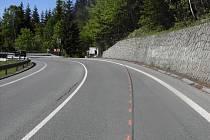 Na snímku je vidět dráha motocyklu, který vyjel mimo vozovku.