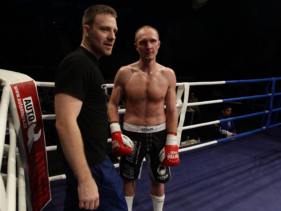 Night of Warriors II v Tipsport areně. Na snímku Jan Fendrich (Iron Fighters) a vlevo trenér Alois Škeřík po vítězném zápase.