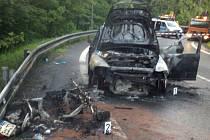 Další nehoda motorkáře v železnobrodských serpentinách. K vážné dopravní nehodě došlo v pátek krátce před 19 hodin v zatáčkách nad Železným Brodem v místě zvaném u Muchomůrek. Shořela motorka i osobní automobil.