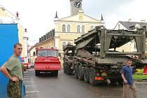 V neděli 15. srpna instalovali vojáci pontonový most v Chrastavě, zatímco původní železný (technická památka) se postupně rozřezává.