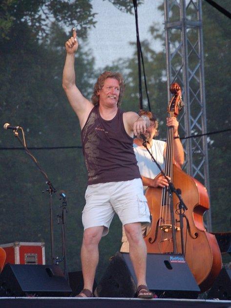 Pavel Zajíc ze skupiny Nezmaři diriguje publikum při louskání prsty. Skupina vystoupila na festivalu již poněkolikáté.