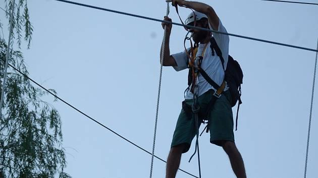 Lanové centrum na Malé Skále prochází posledními úpravami. Na lana upevňovali dřevěné prvky, zkoušela se lanová dráha. První zájemce přivítá centrum před Benátskou nocí.