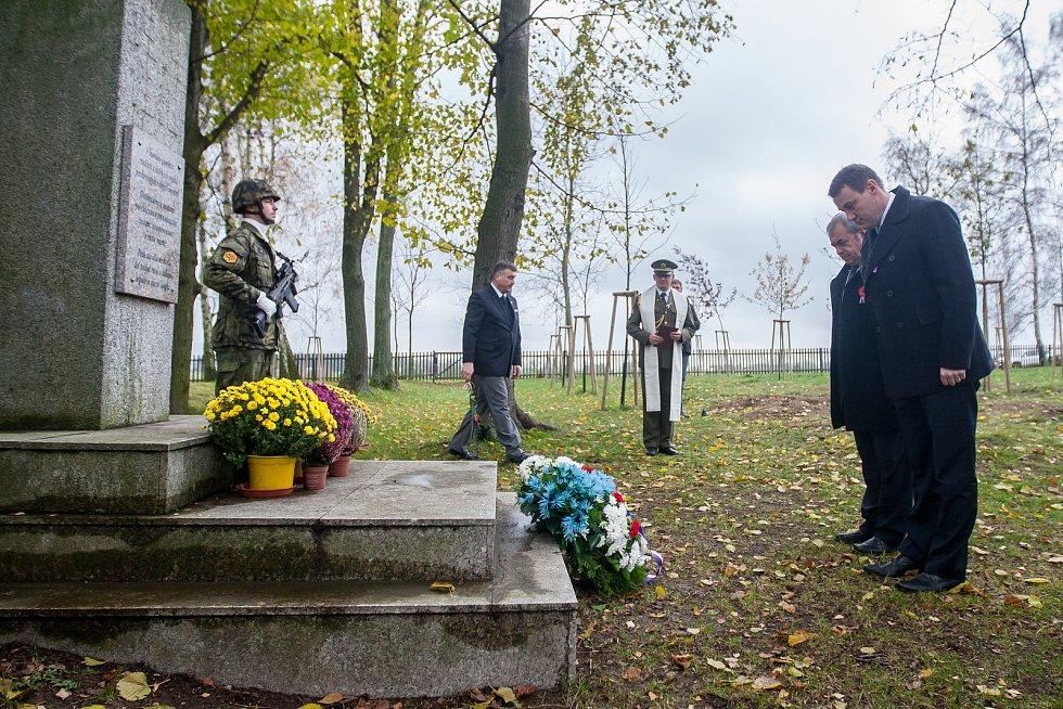 Na snímku vpravo je Martin Půta při pietním aktu na vojenském hřbitově zajateckého tábora v Ostašově.
