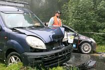 Rally Bohemia 2011. Posádka vozu Renault Clio nezvládla prudký vracák a vylétlo z trati, kde po několika desítkách metrech zastavili až o zaparkované auto na konci zákázané zóny.