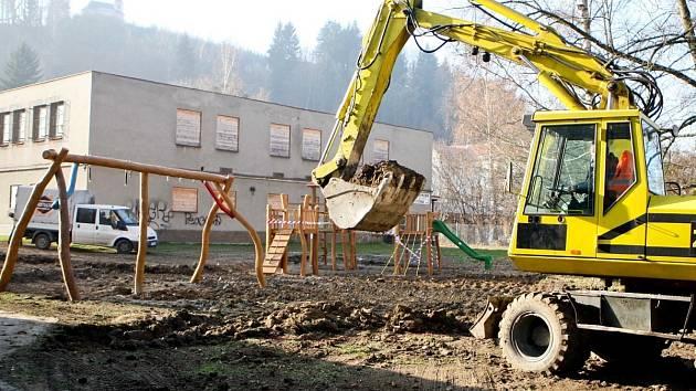 Jiráskovo nábřeží. Regenerace sídliště začala v roce 2011 i výstavbou dětských hřišť.