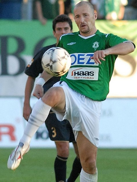 Útočník FK Jablonec 97 Luděk Zelenka zpracovává balón.