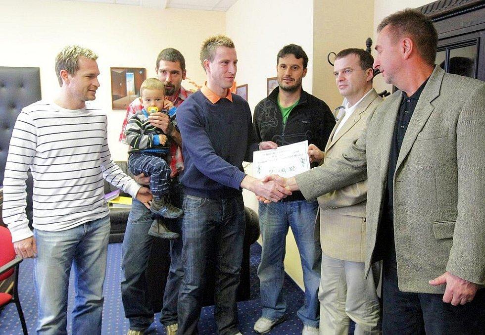 Fotbalisté z klubu FK Baumit Jablonec nad Nisou předali peněžní dar padesát tisíc korun pediatrickému oddělení jablonecké nemocnice.
