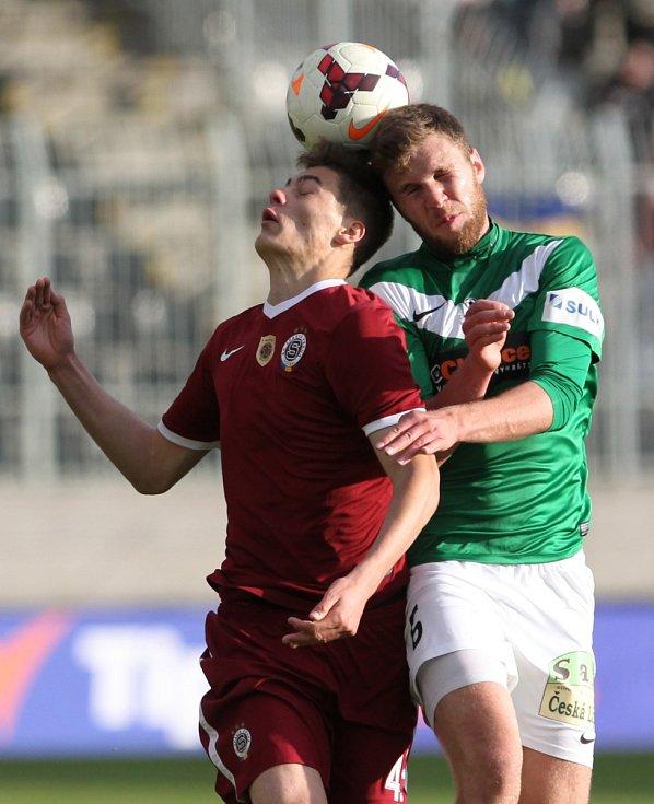 Jablonec porazil Spartu v prvním semifinále Poháru České pošty 3:1. Na snímku je Patrik Schick ze Sparty a Marek Kysela z Jablonce.