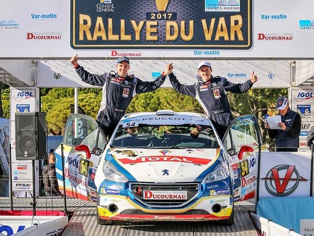 Jan Hloušek (vlevo) sřidičem Filipem Marešem vcíli francouzské Rallye du Var.