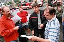 Na Moravě nezapomněli. Starosta Raspenavy a velitel hasičů přebírají kafe, finanční hotovost a jiné drobnosti, určené do povolaných rukou.