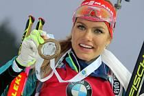 Gabriela Koukalová se zlatou medailí z Nového Města na Moravě.