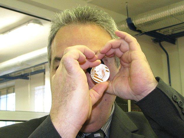V pondělí dopoledne Česká Mincovna vyrazila první kusy zlatých s stříbrných medailí, které emituje u příležitosti návštěvy prezidenta Obamy v Praze. První zlatou medaili zakoupil  starosta Jablonce Petr Tulpa a prohlédl si ji také pod lupou.