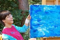 Pořádně veselou barvou se do malování pustila Lucie Vanclová.
