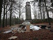 Kamenná rozhledna Bramberk. Pro veřejnost je uzavřena.