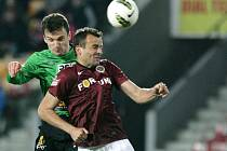 Jablonec se Spartou prohrál 0:1. Na snímku David Lafata z Jablonce a Erich Brabec ze Sparty.