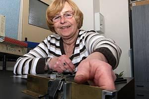 Korektorka jabloneckého Deníku Vlasta Hráchová opatruje relikvie z doby, kdy pracovala jako ruční sazeč, jako oko v hlavě.