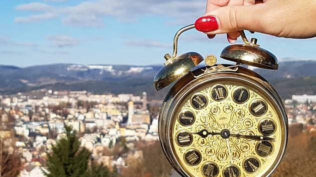 V Jablonci se prý zastavil ČAS. Hodiny na věži kostela stojí už dlouho a ty na radnici nemají ručičky.