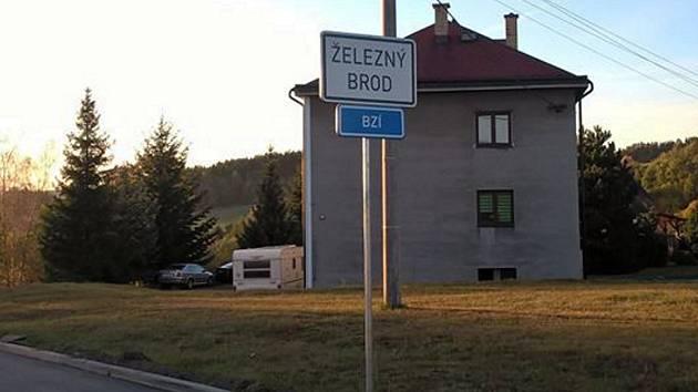 Obyvatelé vesničky Bzí, části Železného Brodu, jsou pobouřeni změnou značení u nově zrekonstruované silnice.