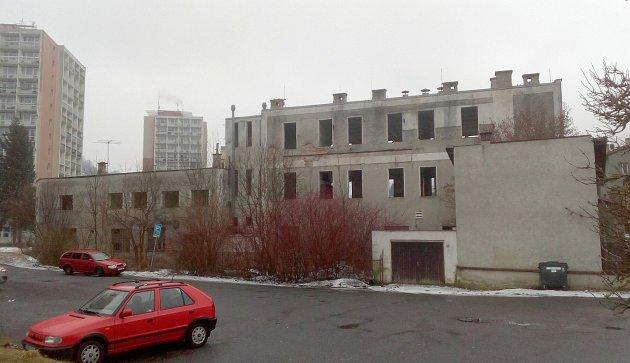 VŽelezném Brodě probíhá demolice areálu bývalého podniku společnosti Exatherm, budovy jsou zamořené rtutí.