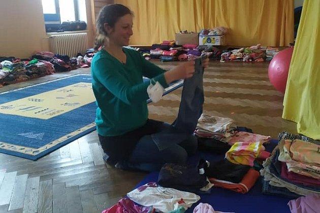 Tělocvična se vbřeznu proměnila na sklad dětských věcí. Na snímku je koordinátorka sbírky a šatníku Katka Kosíková.