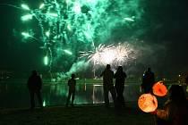 Lampionový průvod a ohňostroj na jablonecké přehradě.