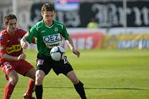 Na snímku hostující kanonýr David Lafata ( vpravo v zeleno bílém ) si kryje míč před domácím Davidem Kalivodou ( vlevo v červeném ).