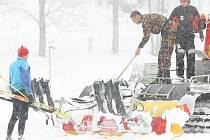 Do čerstvé sněhové nadílky vyrazili v Bedřichově v Jizerských horách první běžkaři. Na Jizerskou magistrálu vyjela i rolba, která srovnala cestu. Běžkařskou stopu vytlačí až připadne další sníh.