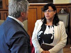 Ministryně práce a sociálních věcí Michaela Marksová Tominová hovoří se starostou Velkých Hamrů Jaroslavem Najmanem